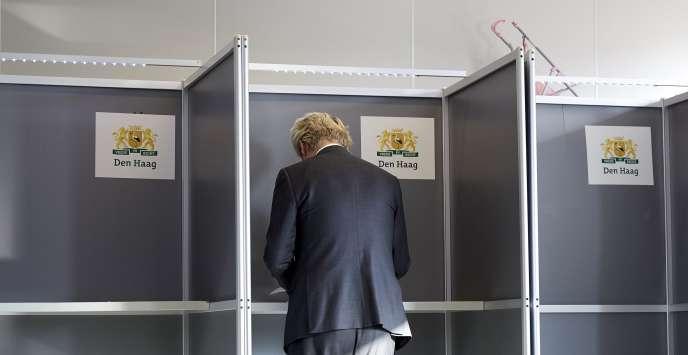 Geert Wilders, leader du Parti pour la liberté (PVV), formation d'extrême droite, votait à La Haye, le 6 avril.
