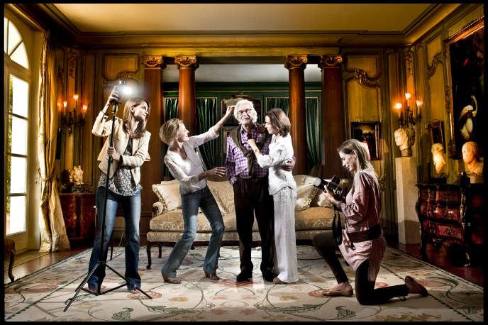 Marc Bonnant avec son épouse Marianne et leurs filles dans le salon de leur maison, en mai 2011.