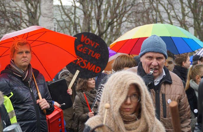 Manifestation devant le Parlement islandais mercredi 6 avril, au troisième jour de protestation à la suite des révélations des «Panama papers» mettant en cause le premier ministre.