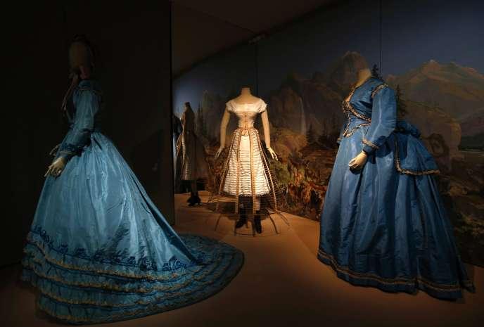 Robes datant des années 1870 pour l'exposition