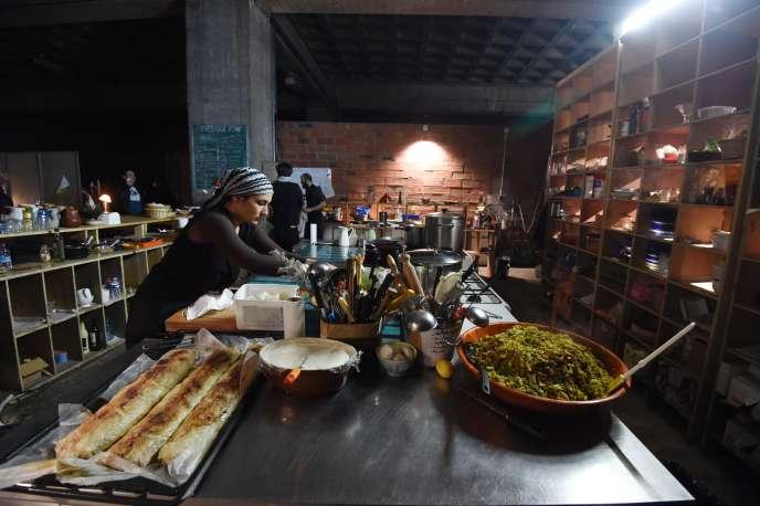 Dans le 19e arrondissement de Paris, le restaurant solidaire antigaspillage Freengan Pony (ici en 2016) sert des plats végétariens à un petit prix car mitonnés à partir d'invendus récupérés au marché de Rungis.