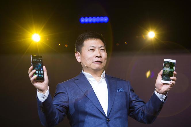 Richard Yu, PDG de Huawei, présentant le dernier P9 du groupe, lors d'une conférence à Londres, le 6 avril.