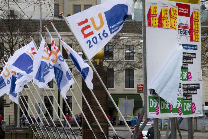 Affichage pour et contre l'accord d'association de l'UE avec l'Ukraine, à La Haye, le 6 avril.