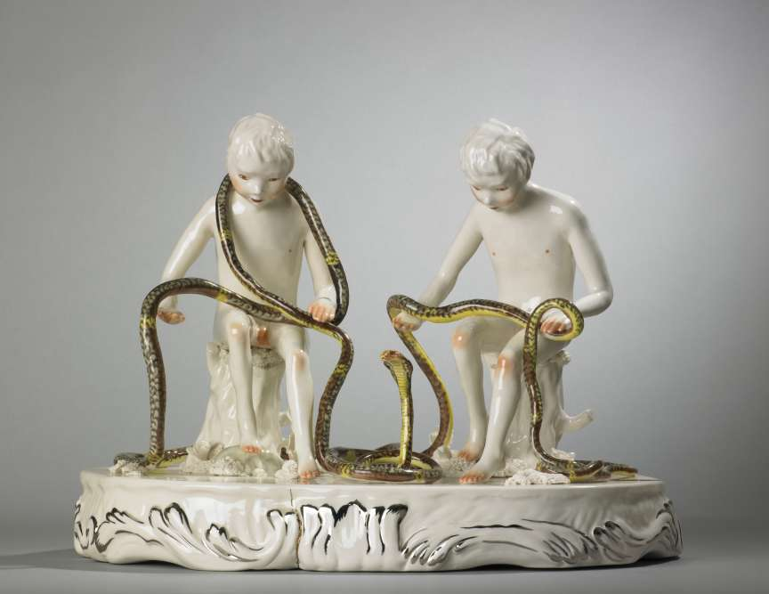 « Autre occurrence de la figurine en porcelaine revisitée, cette œuvre est caractéristique du travail de la Canadienne Shary Boyle qui explore des questionnements de genre et le trouble de l'entre deux (entre les sexes, entre les âges). Ces adolescents impubères manient un serpent géant sans peur, avec une curiosité innocente. »