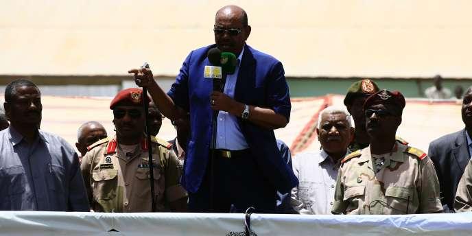 Le président du Soudan, Omar Al-Bachir, prononce un discours lors de sa visite à Ed Daein, au Darfour Sud, mardi 5 avril.