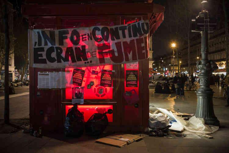 Un kiosque à journaux est redécoré par des manifestants.