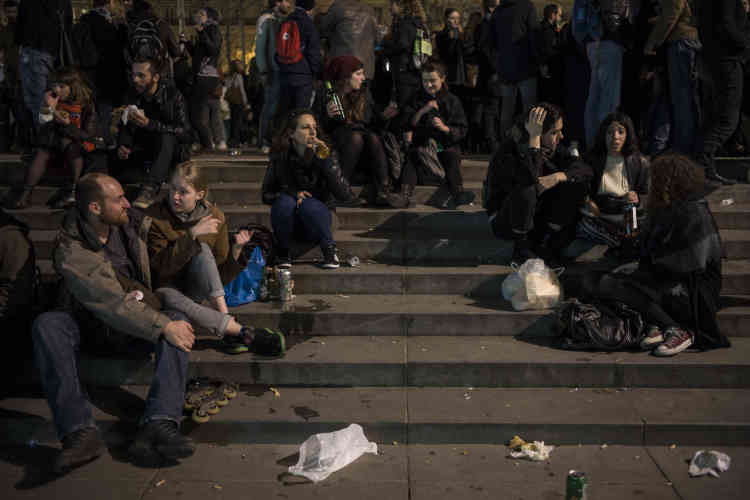 Des manifestants participent à la sixième Nuit debout.