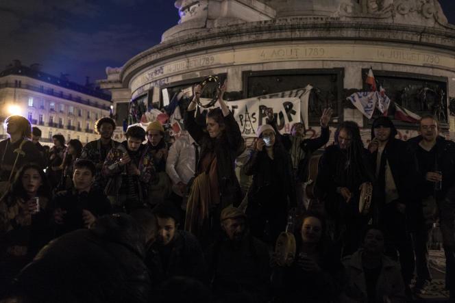 Des manifestants jouent de la musique et dansent lors de la sixième Nuit debout, le 5 avril sur la place de la République à Paris.