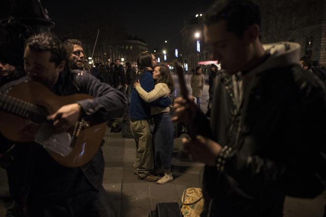 Un couple dance sur la musique d'un guitariste lors de la sixième Nuit debout, le 5avril, place de la République à Paris.