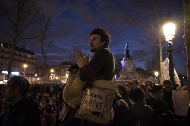Un manifestant écoute les discussions pendant une