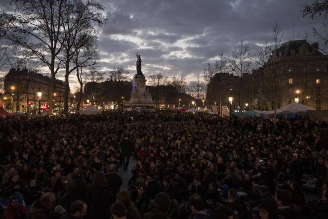 Des centaines de manifestants participent à des discussions lors d'une assemblée générale organisée au cours de la sixième Nuit debout, le 5 avril, place de la République à Paris.