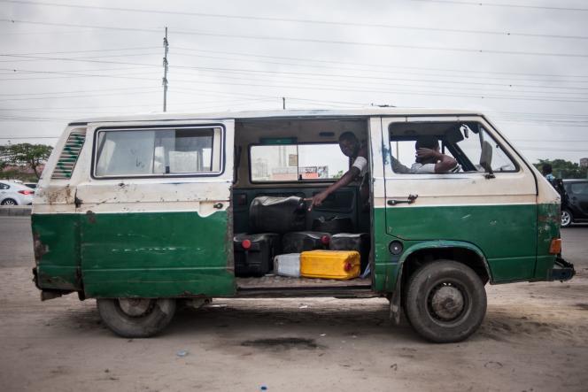 Un minibus de vente d'essence, à Lagos, le 6 avril 2016.