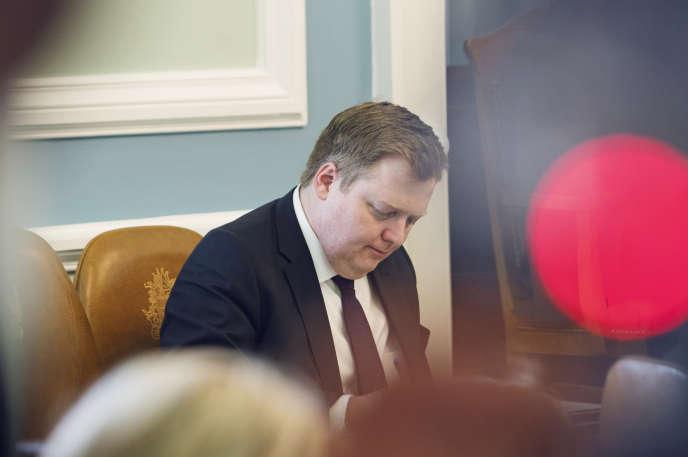 Sigmundur Davíð Gunnlaugsson écoute le discours de l'opposition, le 4 avril au Parlement.