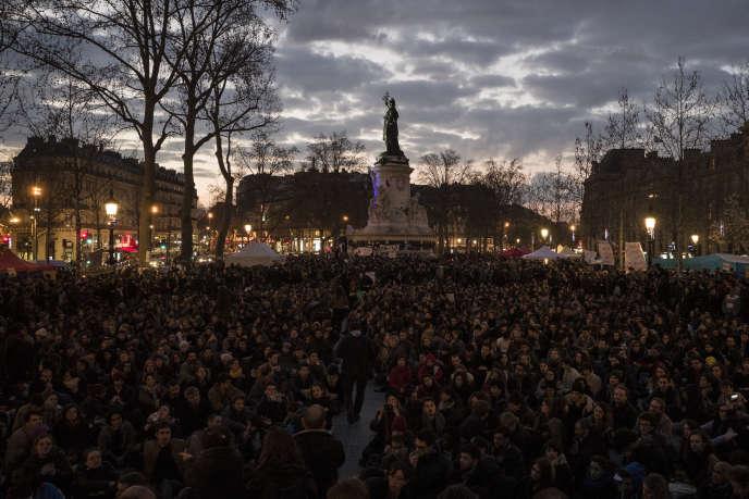Des centaines de manifestants participent à des discussions lors d'une