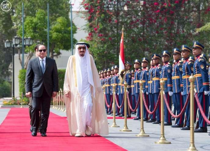 Le président égyptien Abdel Fattah Al-Sissi et le roi Salman d'Arabie saoudite, le 7avril 2016, au Caire, en Egypte.