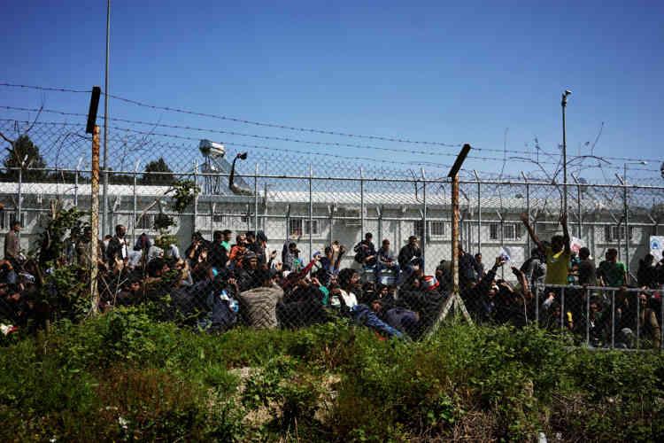 Un groupe de migrants pakistanais en plein sit-in.