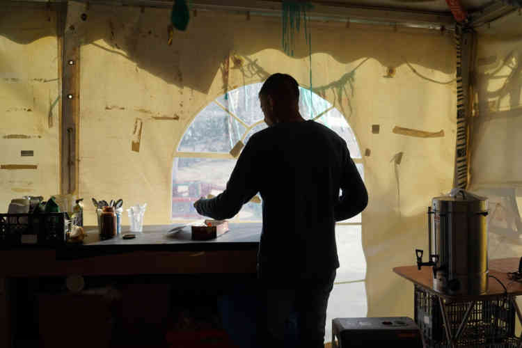 Un Pakistanais, qui est parvenu à sortir de Moria, prépare du thé dans le camp de fortune situé à proximité.