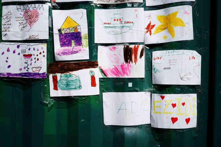Les dessins des enfants des familles qui se trouvent au camp Kara Tepe.