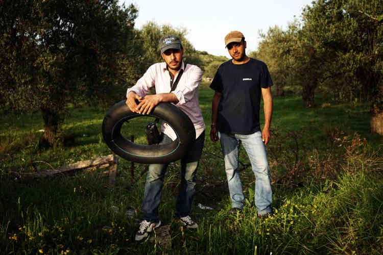 Deux Syriens à leur retour du hotspot de Moria, le 4 avril. Parfois, ils se faufilent à travers un trou dans la clôture pour aller à Mytilène, principale ville de Lesbos.