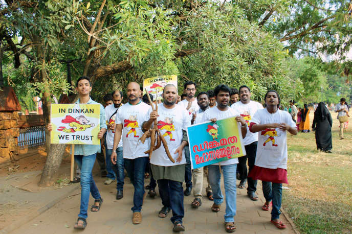 Les dinkoistes (ici, le 20 mars, lors du conclave de Kozhikode, dans le Kerala) arborent un tee-shirt à l'effigie de leur divinité : la souris de BD Dinkan.