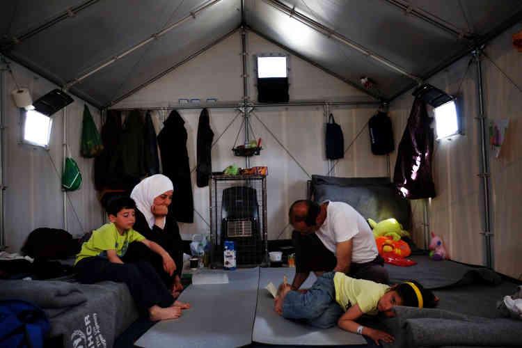 Une famille syrienne sous une tente.