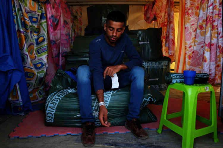 Un migrant pakistanais montre son bracelet d'inscription et le document qui prouve qu'il a laissé ses empreintes digitales en Grèce. Il a l'intention de demander l'asile.