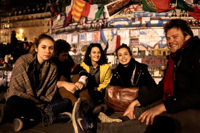 De gauche à droite : Marie, Greg, Chloé, Emmanuelle, étudiants, et Jules, vidéaste.