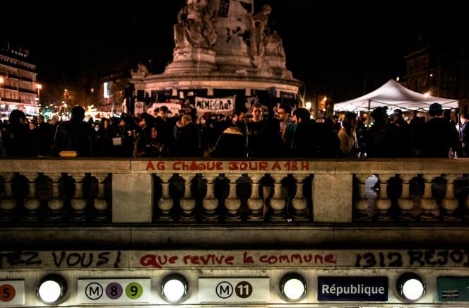 La bouche de métro au centre de la place de la République.