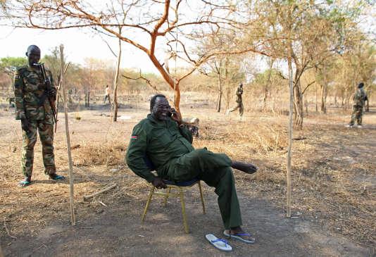 Le chef rebelle Riek Machar parle au téléphone avec un journaliste depuis l'Etat de Jonglei, dans le Soudan du Sud, le 31 janvier 2014.