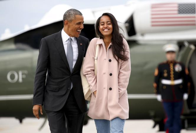 Barack Obama et Malia, sa fille aînée, à l'aéroport de Chicago, le 7avril.