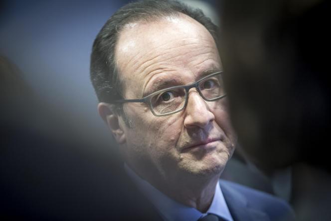 François Hollande lors d'une visite à l'Institut du Cerveau et de la Moelle épinière à Paris le 6 avril 2016.