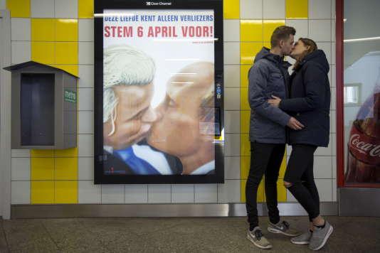 """Une affiche, dans le métro d'Amsterdam, sur laquelle le leader de l'extrême droite néerlandaise, Geert Wilders, embrasse Vladimir Poutine. De nombreux commentateurs estiment que le """"non"""" néerlandais au référendum est une victoire pour le président russe."""