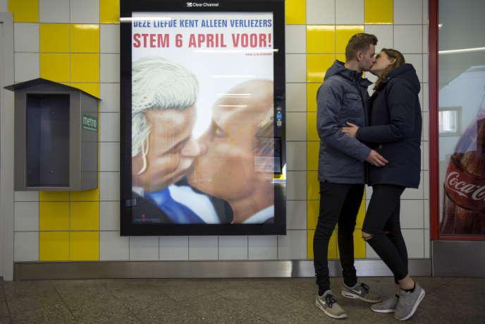Une affiche, dans le métro d'Amsterdam, sur laquelle le leader de l'extrême droite néerlandaise, Geert Wilders, embrasse Vladimir Poutine. De nombreux commentateurs estiment que le