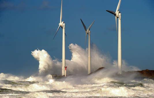 Des éoliennes dans le port de Boulogne-sur-Mer, en France, en novembre 2013.
