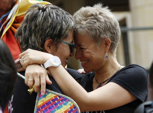 Des activistes de la cause LGBT célèbrent à Bogotá le vote favorable de la Cour constitutionnelle du 7 avril, premier pas vers la légalisation du mariage homosexuel survenue le 28 avril.