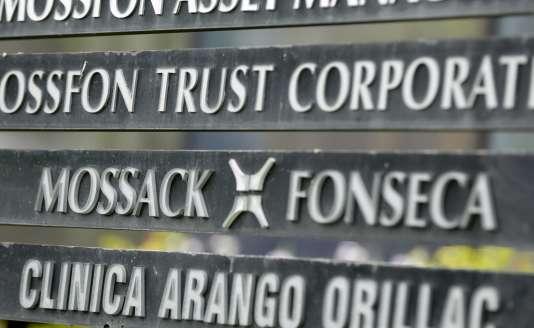 Le nom de la société Mossack Fonseca, qui a permis de créer des comptes offshore révélés par les «Panama papers», affiché sur un panneau d'un immeuble de Panama City, le 4 avril.