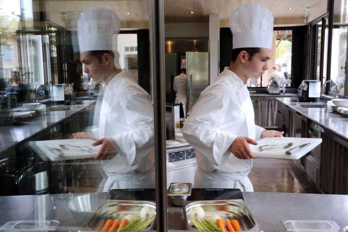 Cours de cuisine au restaurant Les Près d'Eugénie, à Eugénie-les-Bains. AFP PHOTO / NICOLAS TUCAT / AFP PHOTO / NICOLAS TUCAT