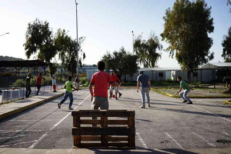 Des enfants syriens participent à une compétition de football.