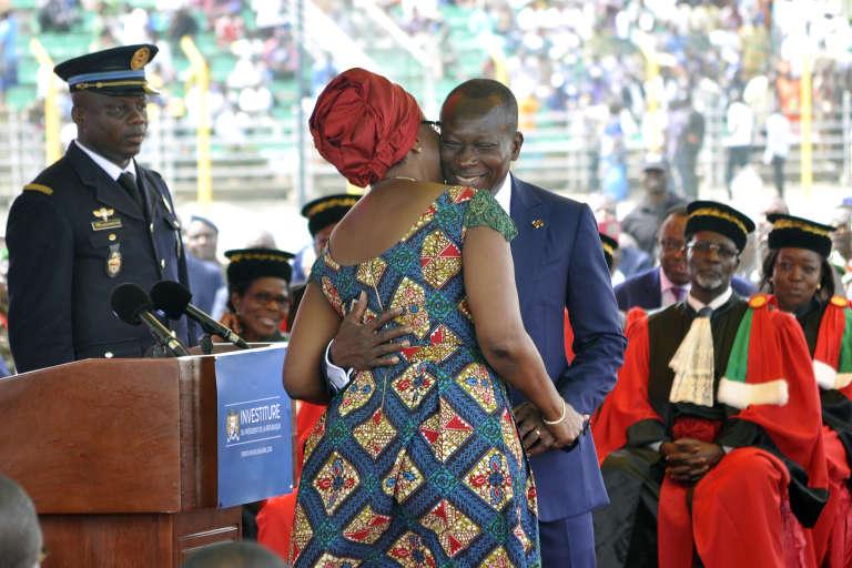 Accolade entre le président Patrice Talon et son épouse Claudine Gbènagon, après la prestation de serment du nouveau chef de l'Etat, le 6 avril 2016, à Porto-Novo, Bénin.