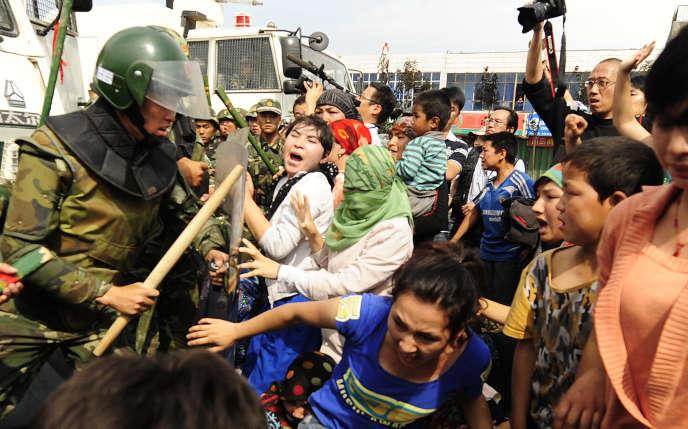 Affrontement entre la police chinoise et des manifestants ouïgours, à Urumqi, le 7 juillet 2009.
