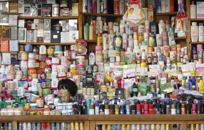 Dans un magasin à Bujumbura (Burundi). Tous les pays d'Afrique ont comme point commun d'être très focalisés sur les produits capillaires et les soins du corps