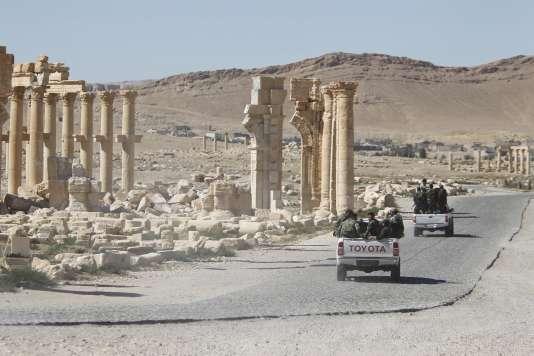 Des soldats de l'armée syrienne traversent les ruines historiques de Palmyre, libérée de l'Etat islamique.