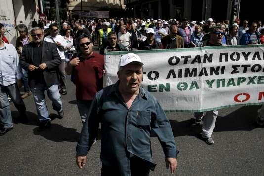 Des dockers manifestent dans les rues d'Athènes.