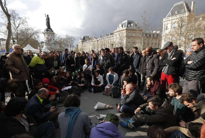 Des participants de Nuit debout, à Paris le 8 avril.