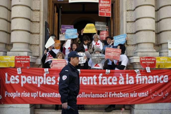 Des manifestants bloquent les entrées du siège de la Société générale, à Paris, le 7avril.