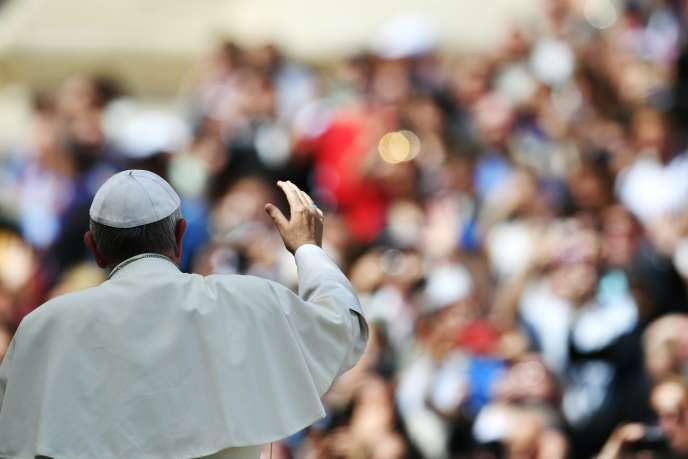 Pope Francis waves to pilgrims gathered in St. Peter' Square at the end of his weekly general audience at Vatican on April 6, 2016.  / AFP PHOTO / TIZIANA FABI