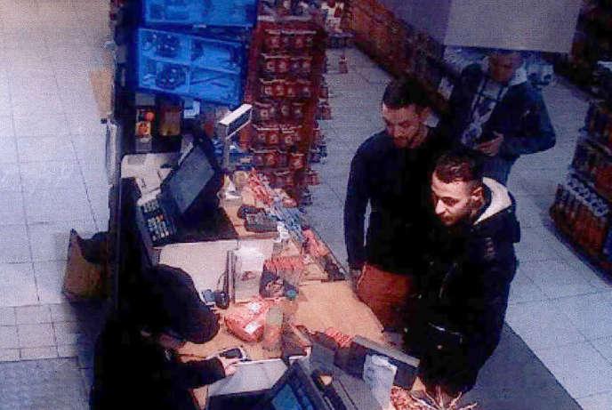 Image de vidéosurveillance d'une station-service de Ressons-sur-Matz (Oise), montrant Mohamed Abrini en compagnie  de Salah Abdeslam, le11novembre2015, deux jours avant les attentats de Paris.