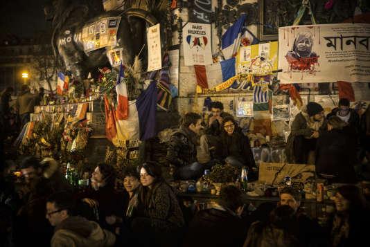 """Des manifestants se discutent entre eux sur la place de la République à Paris, durant la   neuvième """"Nuit debout"""", place de la République à Paris le 8 avril 2016."""