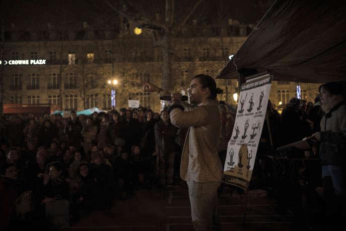 Un manifestant prononce son discours lors de l'assemblée générale organisée le 8 avril 2016, sur la place de la République à Paris, à l'occasion de la neuvième