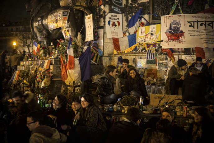 Des manifestants se discutent entre eux sur la place de la République à Paris, durant la   neuvième
